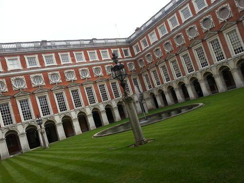 Et… non, pas un jardin mais une cour intérieure à Hampton Court Palace!